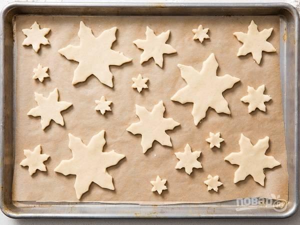 5. Выложите их на противень, застеленный пергаментом. Отправьте в духовку и выпекайте 12-15 минут.
