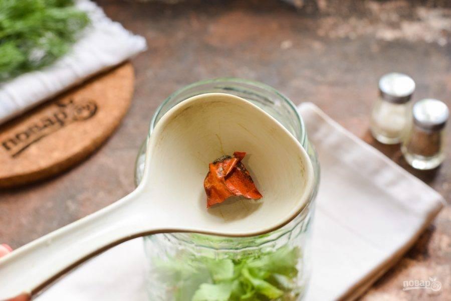 По желанию добавьте в банку маленький кусочек сушеного чили перца.