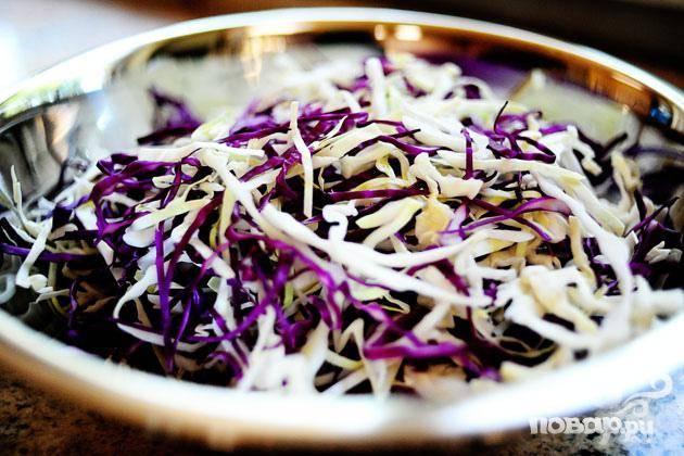 2. Тонко нашинковать капусту. Мелко нарезать халапеньо. Смешать капусту и халапеньо в миске.