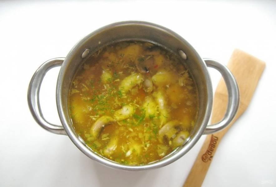 В готовый суп добавьте измельченный чеснок и нарезанную зелень.