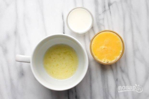 Масло растопите в микроволновке, а яйцо взбейте. Соедините эти ингредиенты с молоком в кружке.