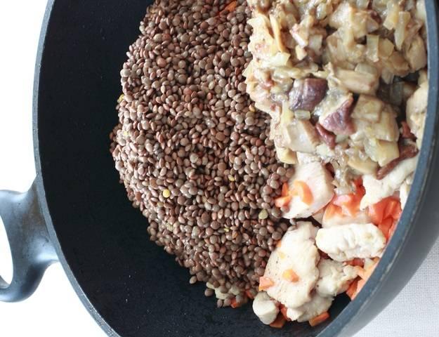 4. Теперь все ингредиенты можно собрать в одной сковороде. Добавить чечевицу и тщательно перемешать. Буквально через 2-3 минуты снять с огня.