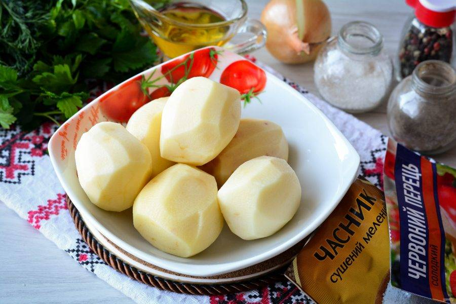 Подготовьте ингредиенты для приготовления картошки с луком в духовке.