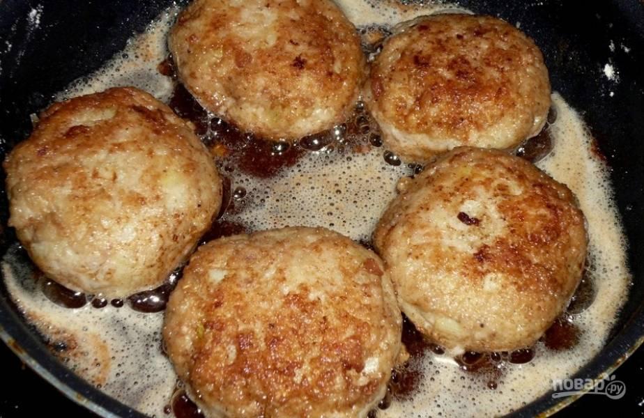 9.Разогрейте сковороду с подсолнечным маслом и выложите котлеты, обжаривайте до золотистой корочки.