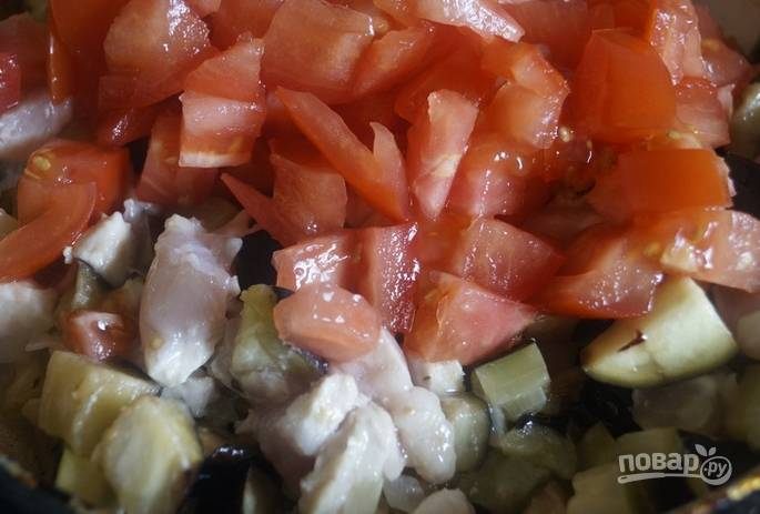 Добавьте баклажан, курицу и порезанные кубиками томаты. Перемешайте, затем тушите на медленном огне 15 минут.