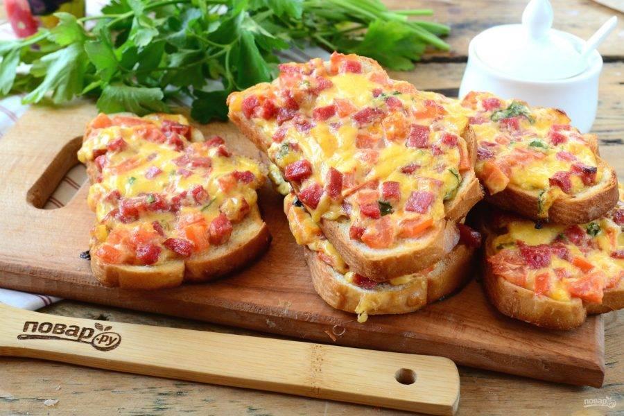 Посмотрите, какими аппетитными получились бутерброды! Они одновременно и хрустящие, и сочные, и нежные, и просто невероятно вкусные! Все, я пошла кушать, и вам приятного!