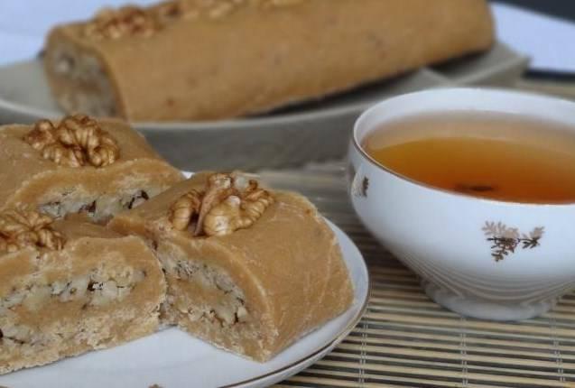 Готовую халву режем на порционные кусочки и подаем с чаем или кофе. Приятного аппетита!