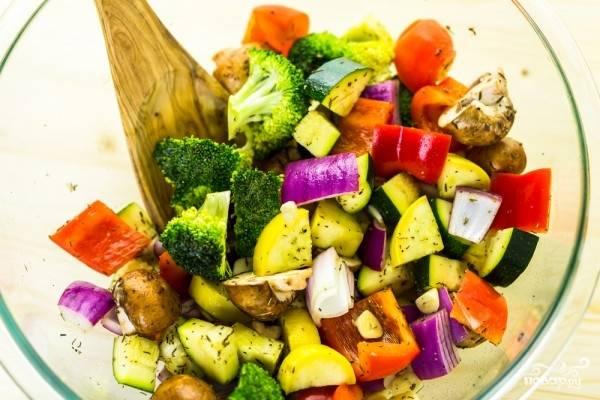 Все ингредиенты для соуса соедините, полейте полученной смесью овощи с грибами, перемешайте.