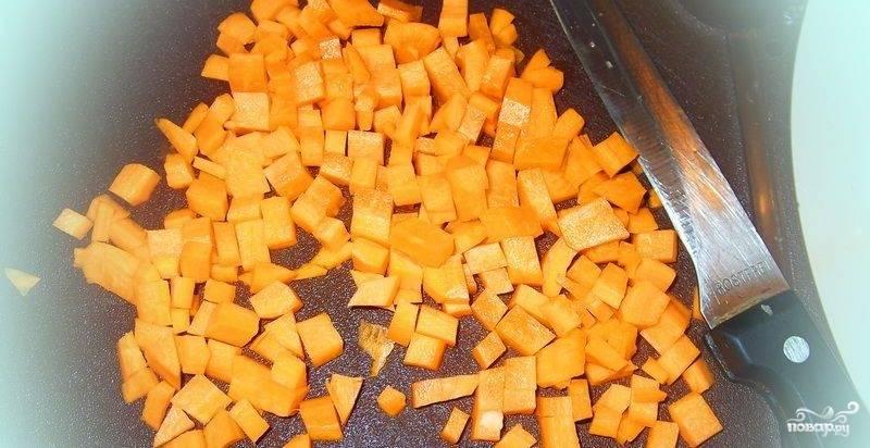 Морковь порезать.