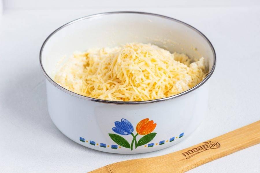 В последнюю очередь добавьте сыр натертый на мелкой терке. Перемешайте и посолите массу по вкусу. Оставьте на 10-15 минут, чтобы манка забрала лишнюю жидкость.
