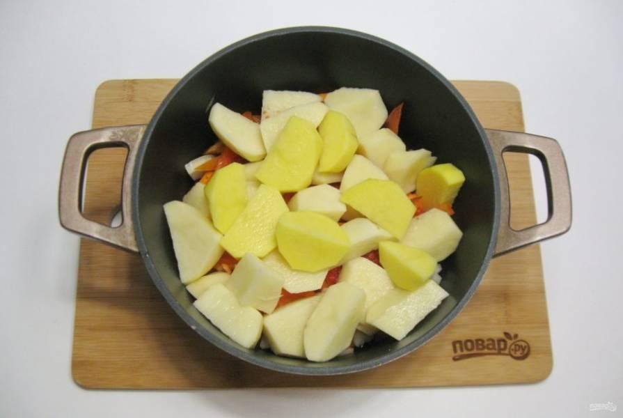 Картофель очистите, помойте и нарежьте. Добавьте в казан. Опять немного посолите блюдо.