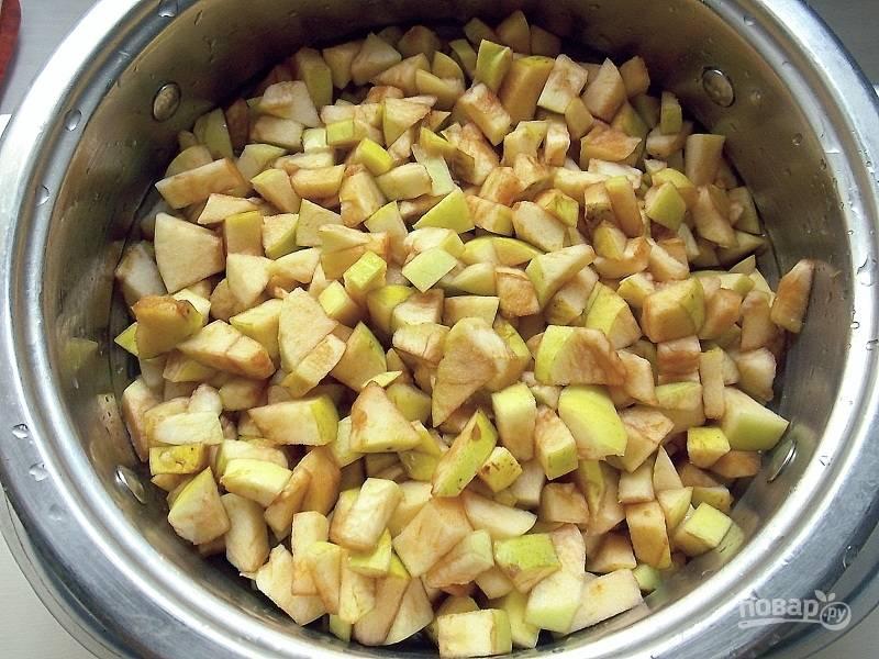 Удалите у яблок сердцевину и нарежьте мелким кубиком.