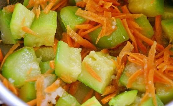 5. Добавьте все в кастрюлю, аккуратно перемешайте. После добавления моркови с чесноком варите еще около 3-5 минут.