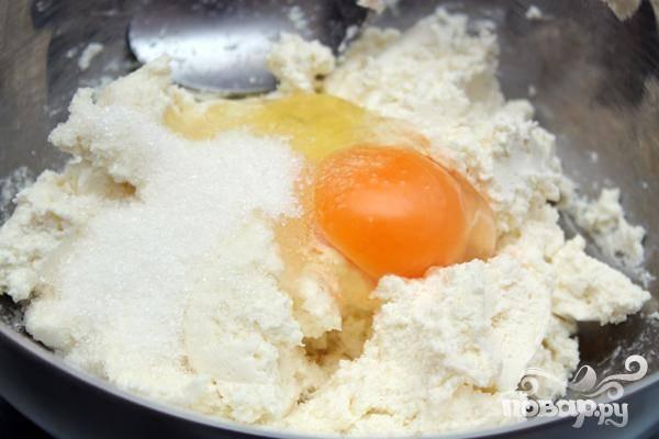 3.Займемся начинкой: с сахаром и яйцами смешиваем творог, сюда же добавляем изюм вместе с ромом. Все хорошенько перемешиваем.