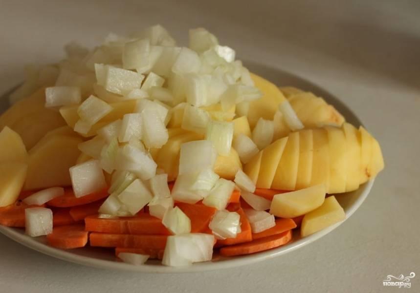 4. Картофель, лук и морковь мелко шинкуем. Все овощи будем отправлять в бульон сырыми.