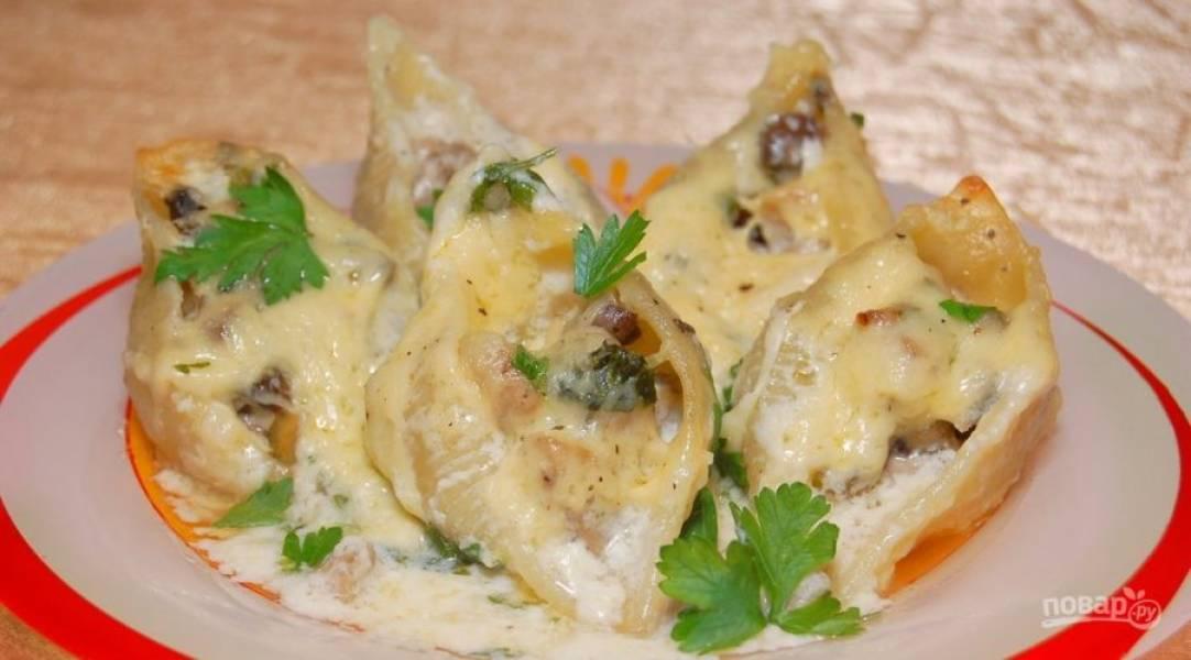 Запекайте макароны в духовке при 180 градусах 20 минут. Затем натрите сверху сыр, и вновь отправьте блюдо запекаться на 5 минут. Приятного аппетита!