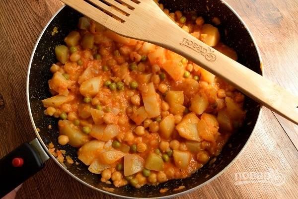 Отварной картофель очистите, нарежьте средними кубиками, добавьте в сковороду, посолите по вкусу, перемешайте, прогрейте в течение минуты.