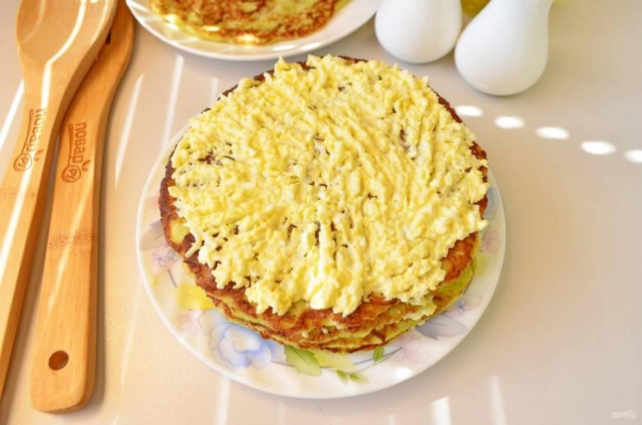 На тарелочку, на которой планируете подавать тортик, положите первый кабачковый блинчик, смажьте его яичным кремом, сверху положите второй блинчик, снова крем и так далее, пока не закончатся блинчики и крем.