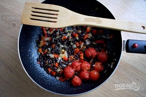 С помидоров снимите кожицу, добавьте в начинку, разомните лопаткой, тушите 2 минуты.