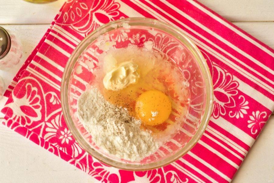 Добавьте к нему яйцо, соль, муку, майонез, перец молотый.