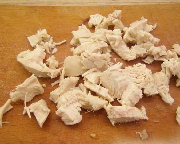 Курицу тоже небольшими кусочками режем.