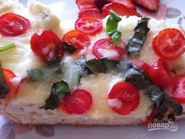 6. Запекайте пиццу 6-7 минут при 180 градусах в духовке. Наслаждайтесь!