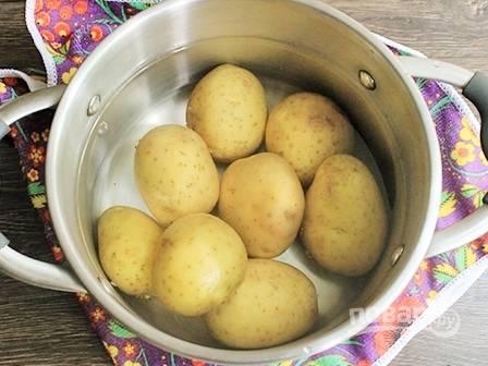 Моем картофель и варим в кожуре до готовности. Затем остужаем и очищаем.