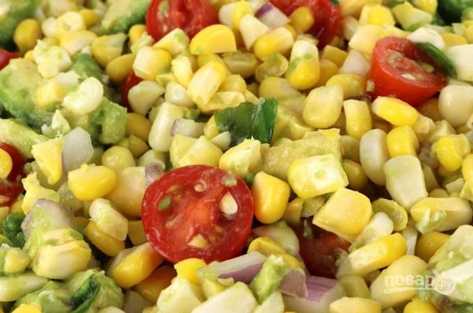 8. Перемешайте и кукурузный салат с авокадо и помидорами готов. Приятного аппетита!