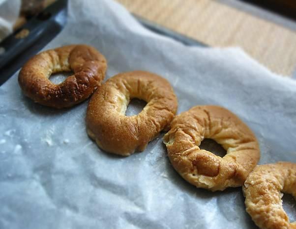 Противень застелите бумагой, смажьте растительным маслом и посыпьте манкой. Выложите рядами размоченные бублики (можете их слегка отжать).
