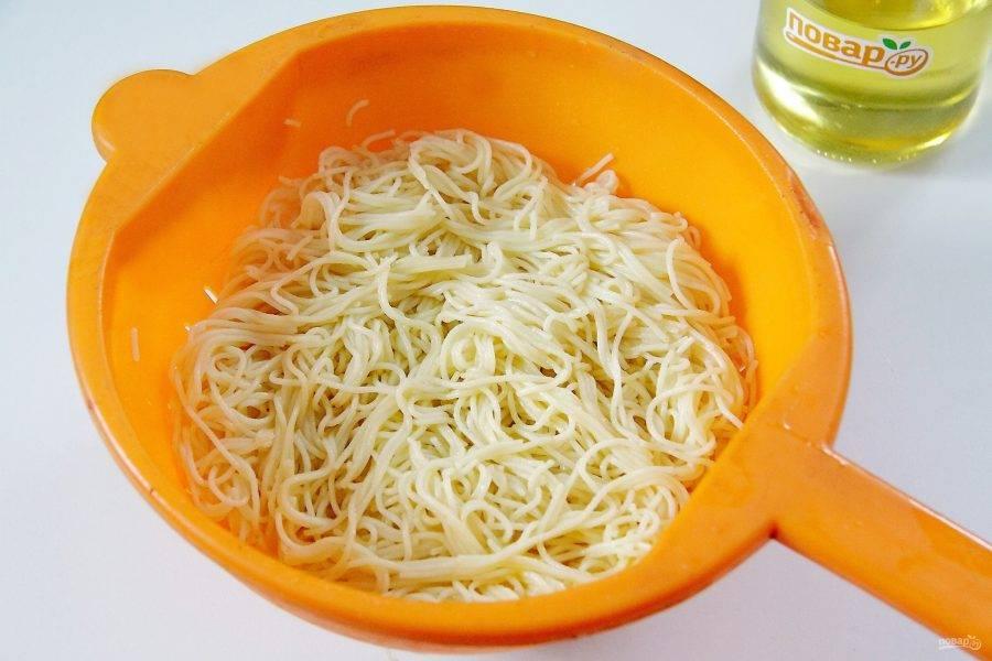Макароны отварите в подсоленной воде до полуготовности, откиньте на дуршлаг, после чего заправьте сливочным маслом.