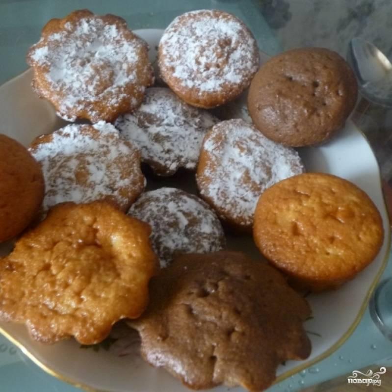 Выкладываем все в большую тарелку, кексов получилось 12 штук, можно посыпать сахарной пудрой. Приятного аппетита!))