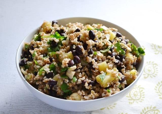 6.Готовый салат настаиваю несколько минут в холодильнике, затем подаю к столу.