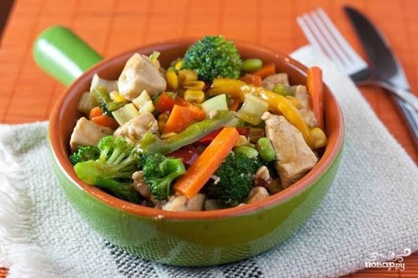 Куриное филе, тушенное с овощами