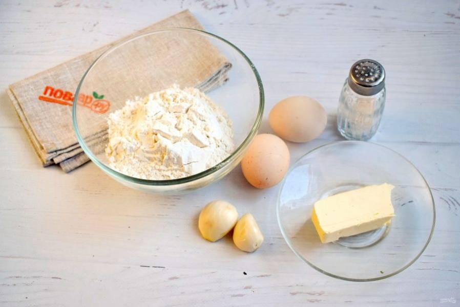 Подготовьте продукты для чесночных рулетиков. Чеснок очистите.