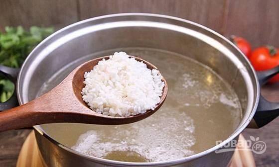 В бульон добавьте промытый рис. Варите суп ещё 10 минут.