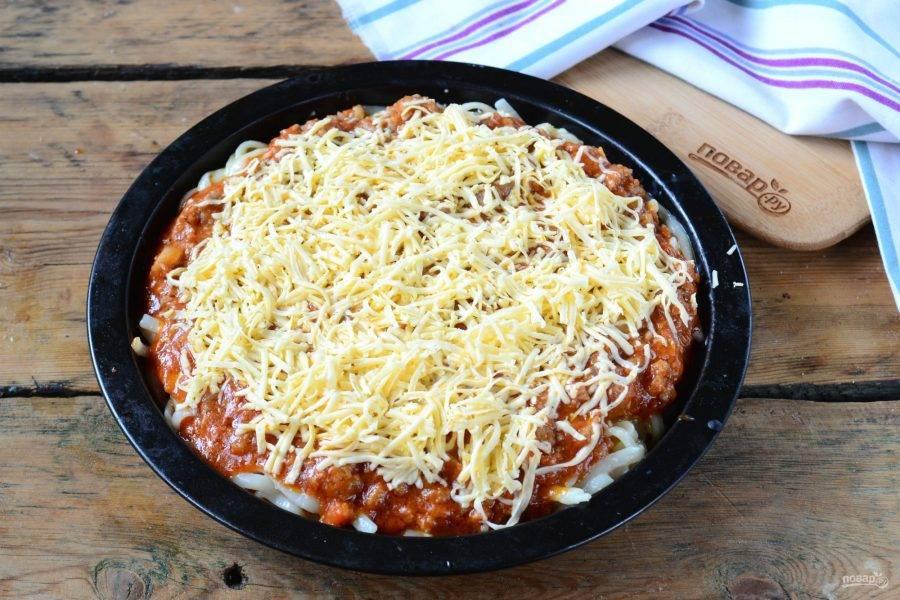 Сверху выложите мясную начинку и присыпьте натертым на мелкой терке сыром. Запекайте в духовке 20-25 минут.