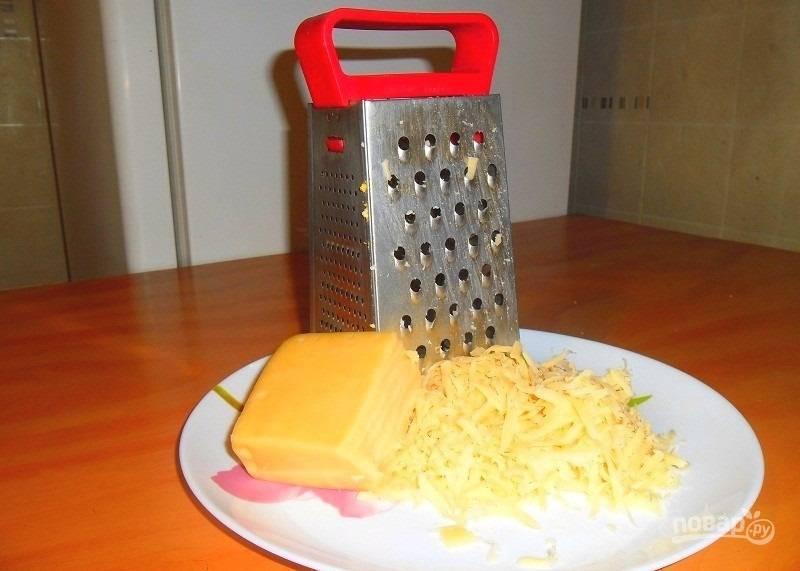 2.Твердый сыр предварительно отправляю в морозильную камеру, затем измельчаю его на крупной терке.