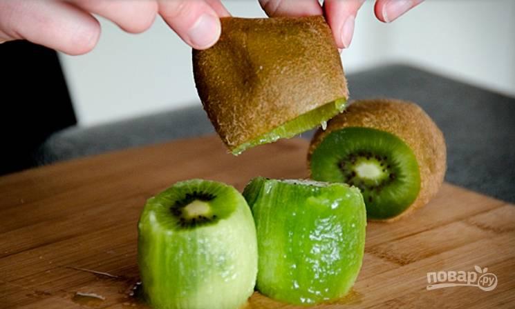 3.Аккуратно снимите кожуру с фрукта, проделайте те же действия с остальными киви, затем нарежьте их небольшими кусочками.