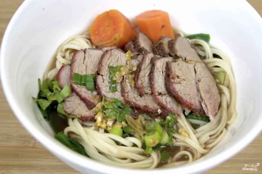 4. Вот такая получается красота! Украшаем готовое блюдо измельченной кинзой, шпинатом и зеленым луком, подаем горячим. Приятного аппетита!