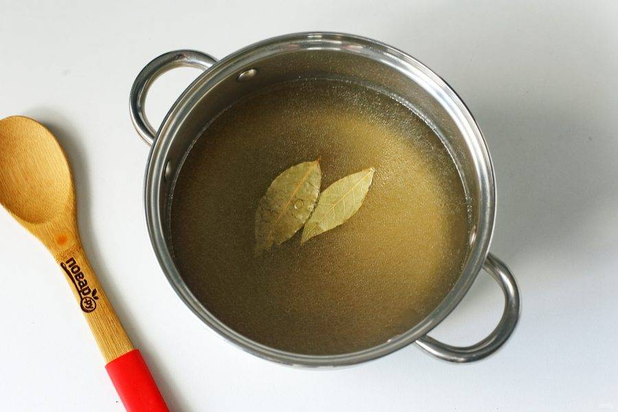 Налейте в кастрюлю мясной бульон или воду. Добавьте соль по вкусу, лавровый лист и доведите до кипения.