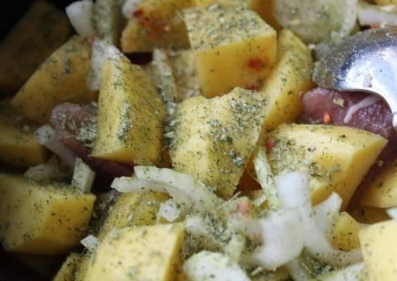 Добавляем соль и специи по вкусу и перемешиваем аккуратно все ингредиенты.