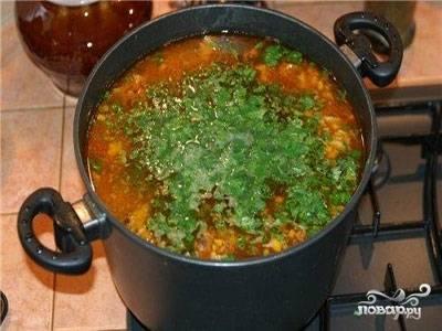 Когда мясо будет готово, добавляем в кастрюлю рис, картофель и половину помидоров и варим до готовности картофеля и риса минут 15. Затем добавляем поджарку и варим ещё 5 минут. Огонь выключаем, добавляем в суп чеснок. Даём супу настояться 5-7 минут. Готово!