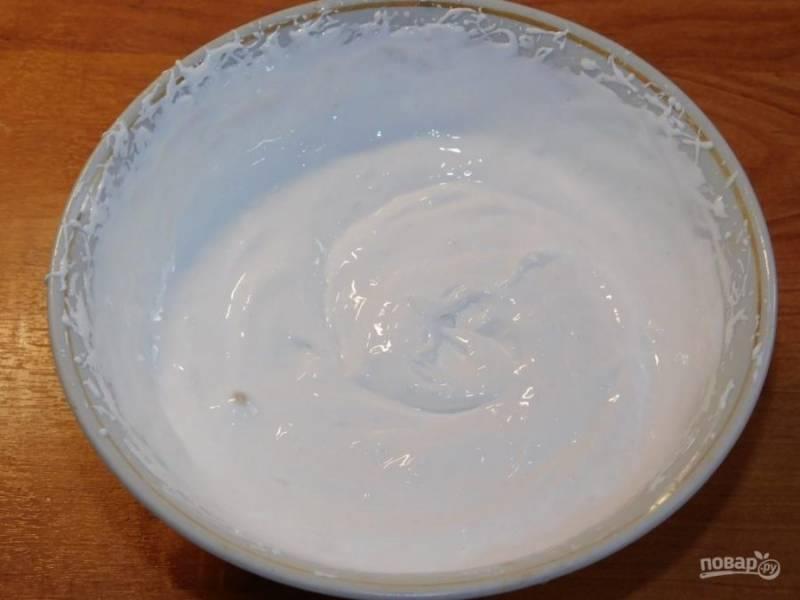 Для глазури перемешайте белки с сахаром до белого цвета. Немного добавляйте лимонный сок до нужной консистенции.