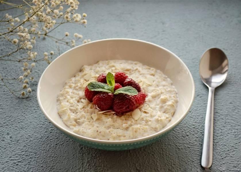 Переложите кашу в тарелку, добавьте малину. Каша на миндальном молоке готова, приятного аппетита!
