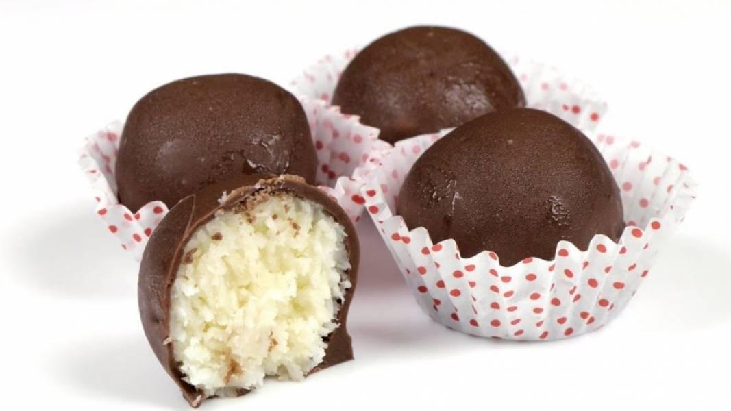 4. При помощи двух шпажек окуните каждый шарик в шоколад. Снимите вилкой шарики со шпажек и поставьте конфеты в холодильник до полного застывания шоколада. Приятного аппетита!