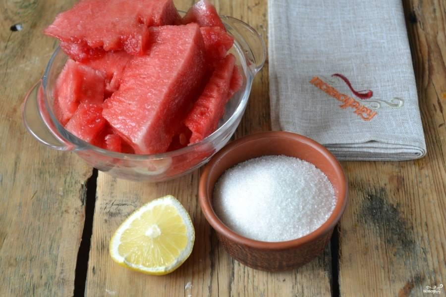 Подготовьте все необходимые ингредиенты. В ингредиентах я указала количество сахара и лимона на 1 кг арбузной мякоти, из этого количества продуктов у вас получится 2 баночки объемом по 200 мл.