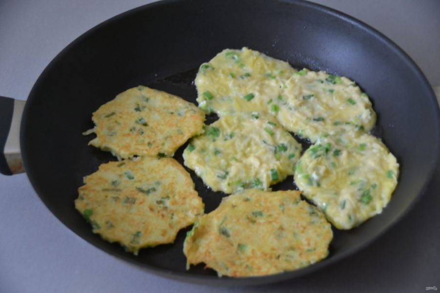 Разогрейте сковороду, налейте растительное масло, жарьте драники с обеих сторон до готовности и румяного цвета.