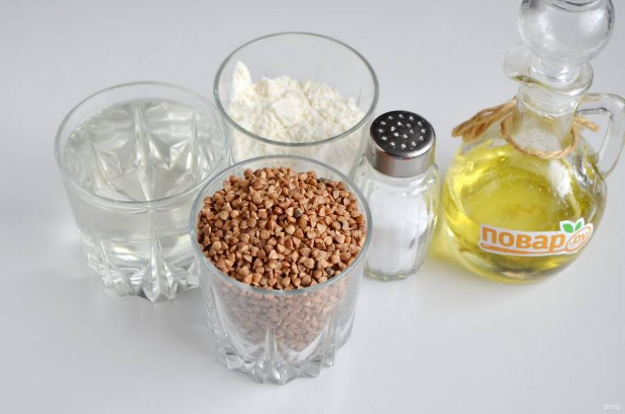 1. Подготовьте продукты. Гречневую крупу переберите, промойте хорошо, откиньте на сито, чтобы стекла вода.