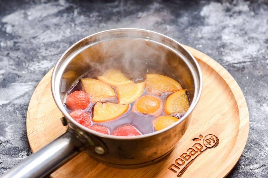 Нагрейте напиток до 70-80 градусов, кипятить не следует. После накройте емкость крышкой, и настаивайте глинтвейн 10 минут.