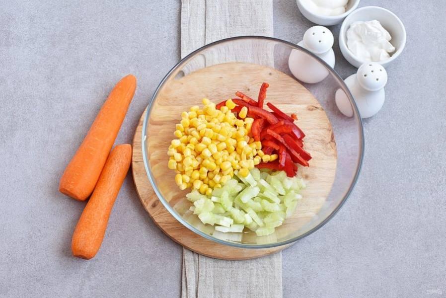 Мелко нашинкуйте перец и сельдерей, выложите в миску вместе с зернами кукурузы.